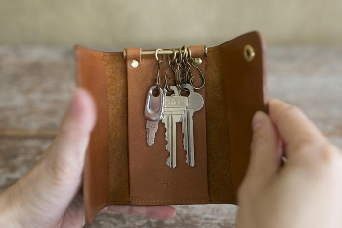 革小物の基本とも言えるキーケースは、鍵が抜け落ちない安心の構造になっています。デザイン的にもとても素敵!シンプルながらもしっかりと機能性を備えているのがアクリュならではです。