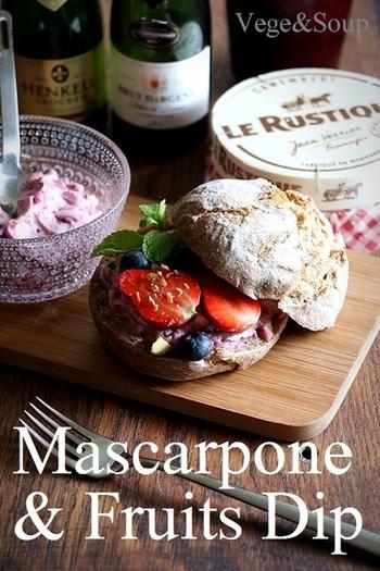 こちらはマスカルポーネチーズとフルーツジャムを混ぜ合わせただけのフルーティなディップ。ジャムはブルーベリー、いちご、マーマレード、なんでもOK♪ベーグルやマフィンにもよく合いそうですよね。
