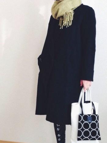 MARGARET HOWELL(マーガレットハウエル)のコートに映える、ライトグリーンのマフラー。ライトグリーンは顔まわりを明るく見せてくれるおすすめカラーです。バッグも明るいカラーにして、軽やかに。