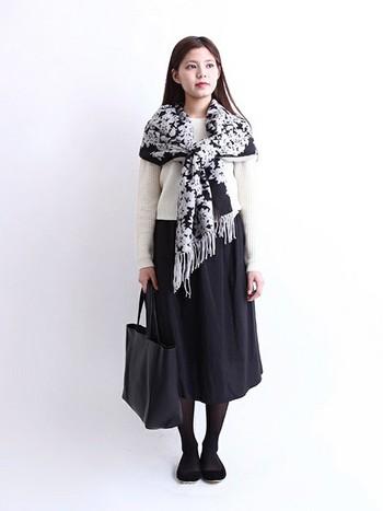 大判の花柄ストールなら、暖かい日には薄手のコート代わりにも使えてとても便利。