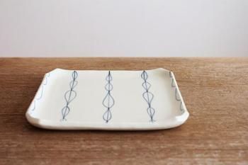 葉っぱをモチーフにした角皿。 副菜を一品盛り付けるのにもぴったりです。