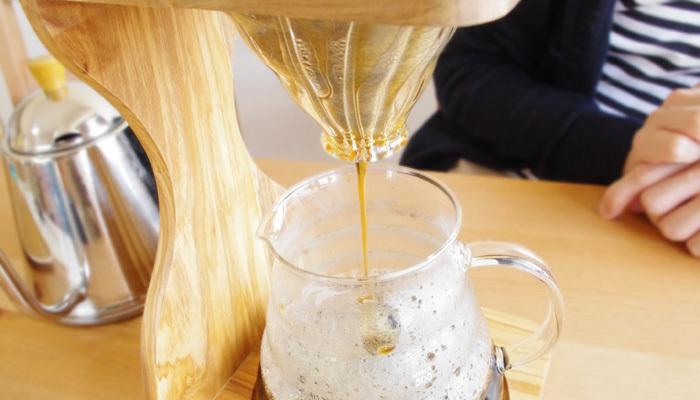 また、注目すべきポイントは、下に空いた大きめの穴。お湯が溜まらず流れるので、 ゆっくり注いで濃厚な味に、手早く注いでスッキリした味に…と味わいに自在に変化をつけられます。