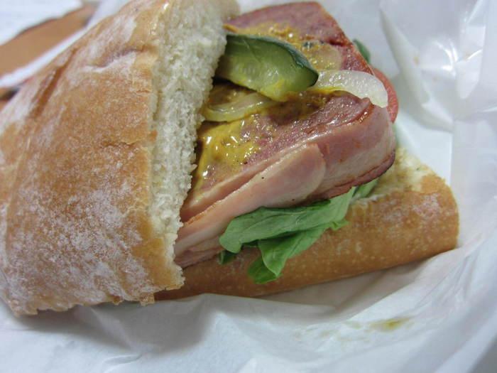 ミートテリーヌサンドは、カレー風味が好評な大人のサンドイッチです。
