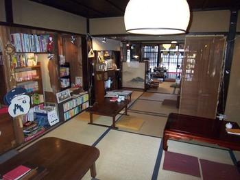たくさんの本とフィギュアなどの雑貨たち、それに鉄道のジオラマなども見ることができます。むかしむかし、お友だちのおうちに遊びに行った時のような、そんな感覚を思い出しそうな空間だそう。