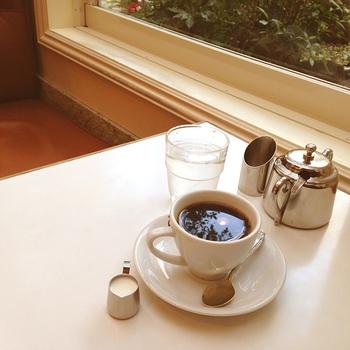 老舗のコーヒーショップで味わうホットコーヒー。名物のホットケーキと一緒に味わうのがおすすめです。