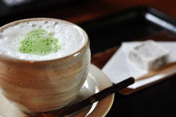 抹茶オレと茶菓子でホッと一息ついてみませんか。  ショートトリップにでも来たかのように感じられる、情緒溢れる空間に、人気が絶えないのも納得の古民家カフェです。