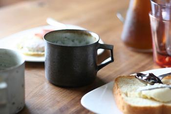 ベージュが強く出ている灰白と、濃いブラウン系の錆釉の2種類あり、釉薬の違いがおもしろいマグカップです。男性へのプレゼントにもおすすめ。