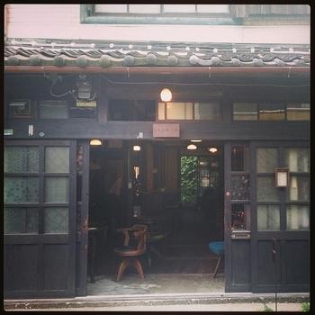 中崎町の中心部にあるとってもレトロで落ち着いた喫茶店。大きな看板がないので見逃してしまいそうなくらい中崎町のレトロな街に溶け込んでいます。
