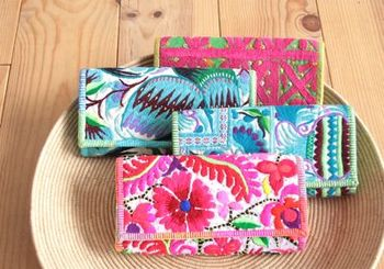 バーンロムサイの大人気商品。華やかで美しい刺繍の古布をリメイクした長財布は、ため息のでるような美しさ。タイ北部やベトナム、ラオス、ミャンマーなどの山地に広く暮らす少数民族の女性が一針一針刺繍をした古布の衣装を使い、ステッチやビースなどをあしらったハンドメイドの一点ものです。内側は仕切りがあって実は機能的にも◎。