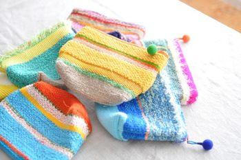 ふんわりかわいい色合いが魅力の裂き織りを使ったポーチ。ざっくりとした風合いがバーンロムサイの特徴です。さき織りの生地はその時々によって異なるので、お気に入りを見つけたら迷わず購入!がお約束。かぎ編みのポンポンチャームもかわいいアクセント。