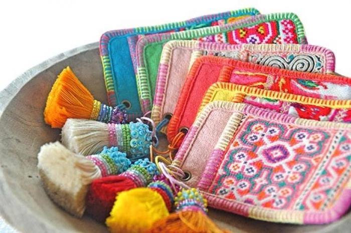 こちらは、少数民族の民族衣装だった古布を使ったパスケース。緻密なステッチワークや独特のデザインが美しいですね。ポイントはスパンコールつきのタッセル。このタッセルももちろん手作りです。色柄だけでなくタッセルとの組み合わせなど、かわいすぎて選ぶのに迷ってしまいそう!