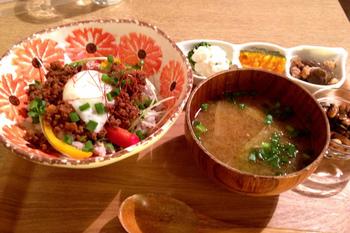 温玉のせ肉味噌丼は定番の人気メニュー。この他にも定食などもあります。長野出身の店主だけあって、新鮮な長野のお野菜を使うなどほっとするような和食が中心。