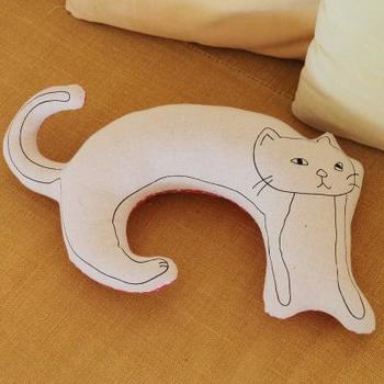 バーンロムサイに暮らす子どもたちが描いた「ネコの絵」のクッション。こちらは気持ちの優しい女の子、プロイの描いたネコがモチーフ。のびのびと描かれた大きなカーブを生かしたフォルムが特徴です。インテリアに取り入れるのはもちろん、飛行機などでネックピローとして使ってもいいですね。昨年から一部商品の綿詰めと最後の縫い合わせを知的障害を持つ人たちのための施設、鎌倉「ひしめき」と葉山「はばたき」で行っています。 購入することが2つの作業所の支援ともなる、そんな協力の輪が広がりつつあります。