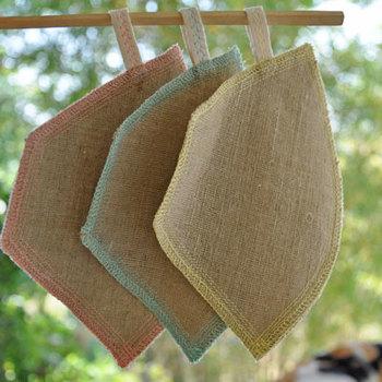 織物の里、メーチェムで織ったヘンプ×コットン素材のコーヒーフィルター。使い終わったら洗って、繰り返し使えるエコなアイテムです。乾かしやすいよう、かわいい色合いのループがついています。