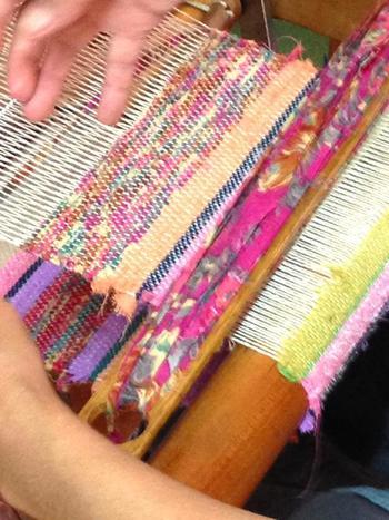 ビーズ、羽、モールや毛糸などを時折加えながら、丁寧に織り上げていきます。どんな美しい生地が仕上がるか、うきうきしてしまいます。