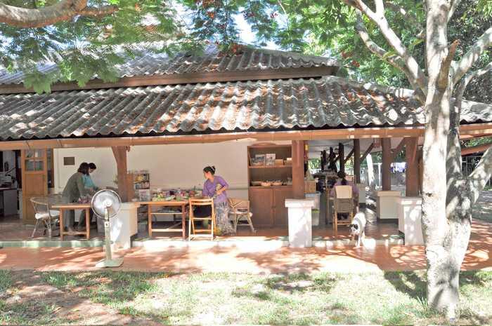 バーンロムサイのプロダクツはホーム内の小さな工房で、地元の縫子さんや少数民族の女性達とともに作っているのだそう。自然豊かな環境のなか、じっくりものづくりに取り組んでいます。