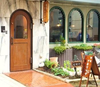 大通りから路地に入ってすぐのレトロなビルの1階の可愛い看板のついた喫茶店。