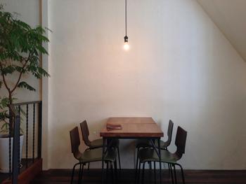 シンプルでナチュラルな店内。裸電球の照明も素敵。ひとりでゆっくりと過ごしにいきたい雰囲気。