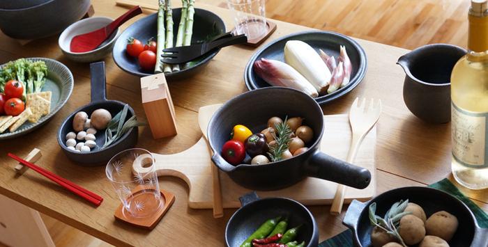 その表情や質感が、使う人を優しい気持ちへと導いてくれる清岡幸道さんの器たち。 洗練されたシンプルなフォルムは、盛り付ける料理を選びません。