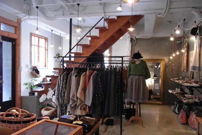 店内には、バッグやアクセサリー、洋服までが幅広く揃います。