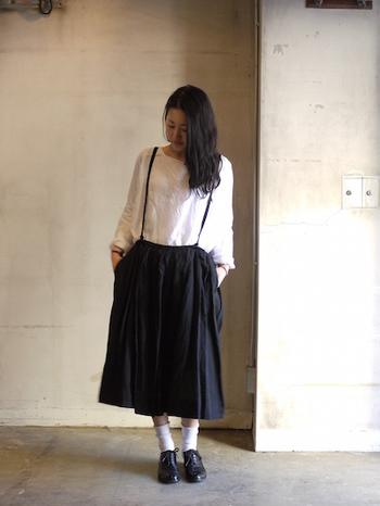 ギャザーの寄せ具合とシルエットが絶妙なスカート。ギャザーはウエストで調節ができます。