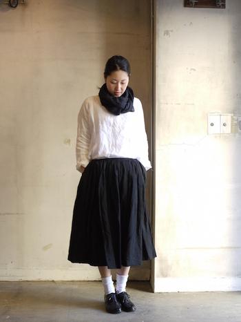 贅沢なまでに上質な生地たっぷりと使われたスカートならではのシルエットです。サスペンダーは長さ調節・取り外しが可能。サスペンダーを外してシックに清楚に。