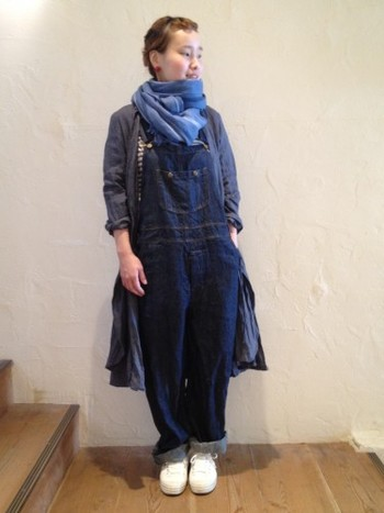 インディゴカラーのオーバーオールに、ローブワンピースを羽織って、大人の女性にも着こなせるコーディネート。 胸元からちらりと見えるボーダーもポイント☆