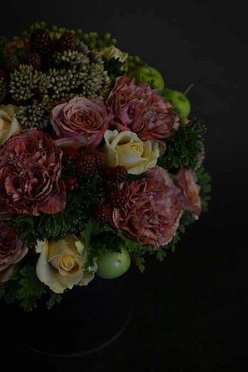 くすんだ色彩が美しい「antique berries arrangement」。  マラケシュローズやベージュのばら、ローズゼラニウムをセダムとポリシャスのグリーンで引き締め、ブラックベリーや姫りんごを配しています。
