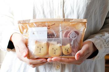 大切な人への贈り物に、こんな可愛いキャリコの焼き菓子セットはいかが? 3姉妹のような猫ちゃんが並ぶ姿に、ほっこりとした気持ちになってもらえそう◎ 相手を想う気持ちが伝わるキャリコのお菓子たちです。