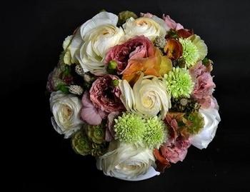 こちらは生花を使ったアレンジメント。完全オーダーメイドだからこそできる、世界でただ一人のお母さんに、世界に一つだけの花束を贈りたいですね。