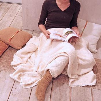 """ひざ掛けに、お昼寝時の肌掛けに。肌触りがばつぐんに気持ちよい""""ちぢみガーゼ""""のブランケットはいかが?汗ばむ季節はべたつかずさらっと、寒い時はあたたかい空気を含んでくれるオールシーズンOKのブランケット。"""