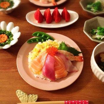 ピンクのラウンドリムプレートも、食卓をほんわりと明るくしてくれる素敵なひと皿。主役級のプレートです♪