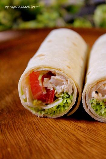 蒸し鶏と野菜のラップサンドは、和風のドレッシングも合いそうですね。ラップサラダは、和洋中どんな具材でも合うから不思議!