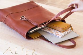人気のALTER(オルター)シリーズ。カジュアルな縦型トートバッグでA4サイズがすっぽり入ります。上質なヌメ革は、使っていくうちに艶が増し深い色合いに変わっていきます。