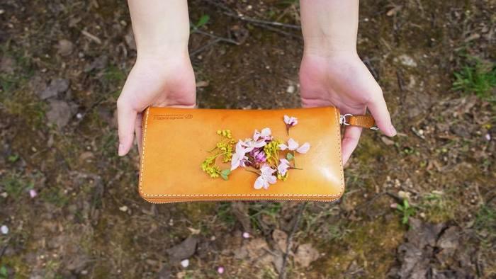 """PASTURE(パスチャー)シリーズ。ジッパータイプと折り畳みタイプがある長財布です。""""革本来の風合いを最大限活かした""""というだけあって、質感がとても良いお財布です。"""