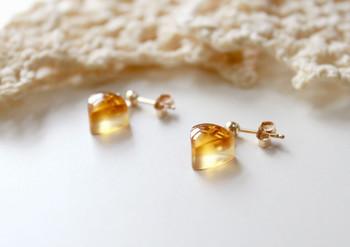 金の蜂蜜色はいまにもとろりと溶け出ししまいそう。ぷっくりつやつや丸いフォルムで、耳の先でふるふる震えます。