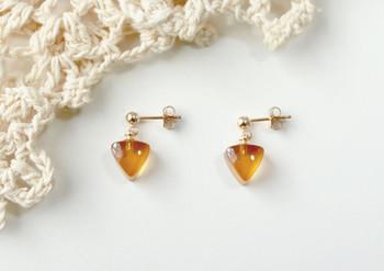 光を受けてキラキラ輝く蜂蜜色はどんな色味の洋服にも合わせやすい。