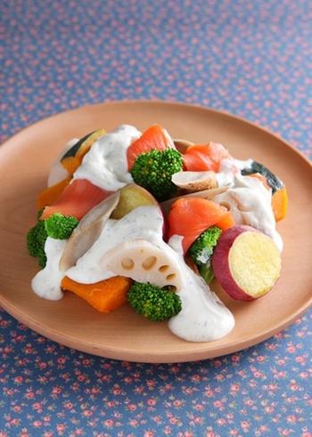 ゆるめに水切りしたヨーグルトを使ったソースで根菜をたっぷり頂くサラダ。冷蔵庫の野菜室をお片付けするにもお役立ちのレシピです。ヨーグルトと根菜で腸内清掃にも良さそうですね。