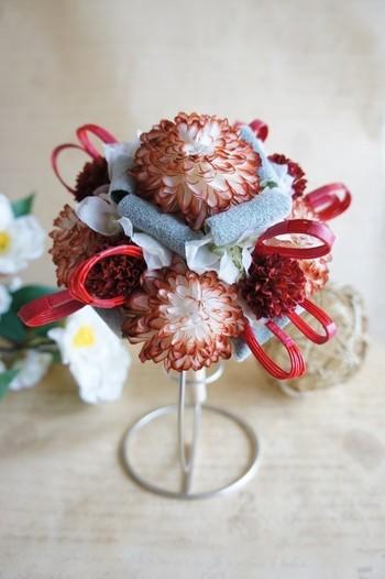和装にはこんなブーケはいかがですか? 「真実」「高貴」という花言葉の球状形が特徴的な菊の一種のピンポンマムを使ったブーケです。