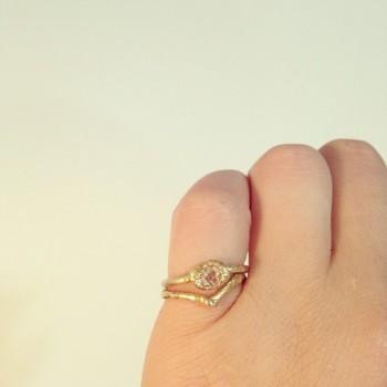 婚約指輪とセットで重ね付けもかわいいですよね。 組み合わせの自由を楽しめるのもハンドメイドならではではないでしょうか。