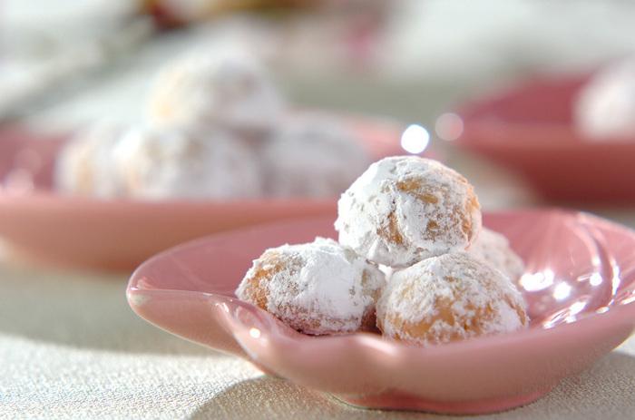 パウダーシュガーをまとった姿がころんとキュートなクッキーボール。頬張って初めて桜を感じる、シンプルながらも簡単おいしいレシピです。