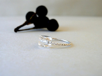 華奢なリング部分もクリスタルの石部分も、極限まで透明感を出したら、逆に凄い存在感のリングになるんですね。思わず視線がくぎづけになるリングです。