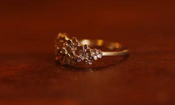 ダイヤがちりばめられて高級感があります。