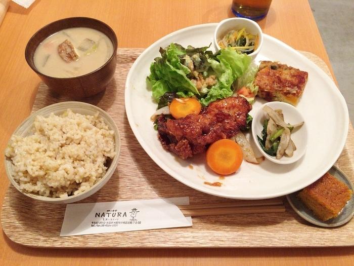 滋賀県の減農薬・低農薬・無農薬野菜や玄米を使用のほか、出汁、味噌、醤油、卵にもこだわりをもち安心安全で体にいいごはんを提供。こちらは日替わりお昼ごはん。夜ごはんもあります★お味噌汁と玄米ごはんはおかわり自由です♪