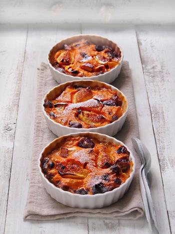 フランスでは一般的な家庭料理として知られているフルーツグラタン。切ったフルーツにカスタードのようなソースをかけてオーブンで焼くだけの簡単さ。冷やしてもおいしいのですが、あつあつをいただくのもこれからの季節のお楽しみです♪