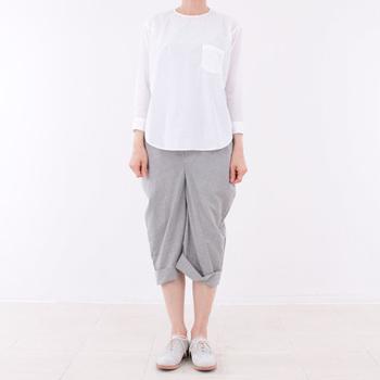 柔らかな丸みを持たせた変形パンツは、他では見ない個性的なデザイン。独特なデザインでありながら、違和感を感じさせないきれいなシルエット。