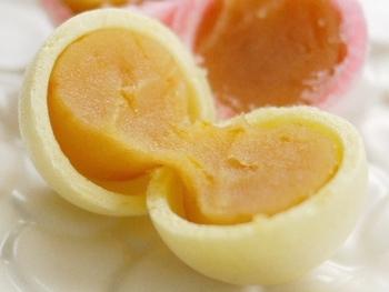 香ばしい皮の中にはしっとりとした餡がそれぞれの味でたっぷり入っています。甘さより、素材の風味を楽しめるおいしさ。