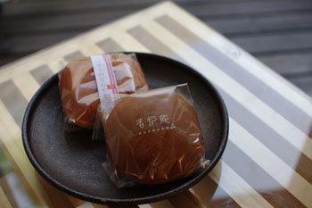 香炉庵を代表するお菓子のどらやき「黒糖どらやき」。沖縄の黒糖と北海道産の小豆の素朴な甘さが楽しめる上品などらやきです。3時間じっくりと炊き上げられた甘さ控えめの粒あんは、まろやかな優しい口当たり。