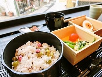 こちらは「季節のお赤飯御膳(桜)」。季節のお赤飯、小さな和菓子三つ盛り、ドリンク、お吸い物、お漬物が付きます。