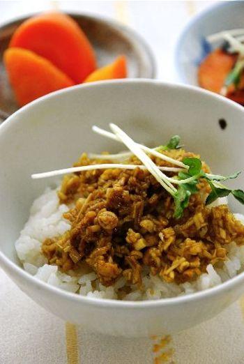 お馴染みのなめたけをカレー風味にアレンジ。あったかごはんだけでなく、そうめんや豆腐のトッピングにも合います!
